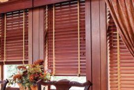 Монтируя деревянные жалюзи на окна, мы создаём интерьеры